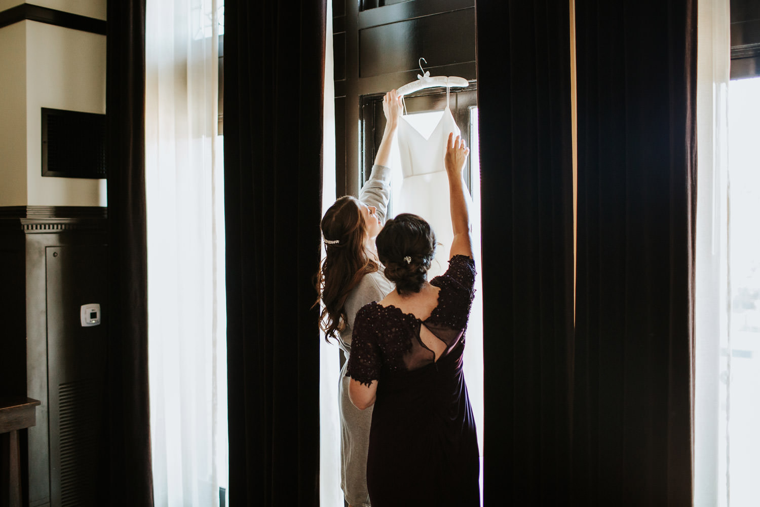 mother helping her daughter with her wedding dress at chicago athletic association hotel