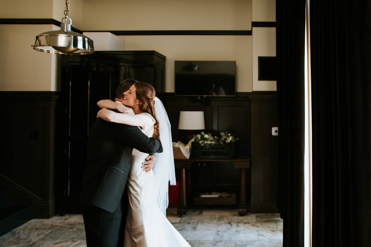 father seeing her bride for the first time at chicago athletic association hotel